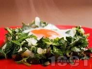Рецепта Спаначени гнезда с яйца на очи, сирене, лук и чесън на фурна